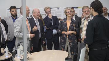 Bundesforschungsministerin Anja Karliczek im Büro der Zukunft: Hier sorgt die Künstliche Intelligenz für das ideale Arbeitsklima. Von der Temperatur bis zur Helligkeit: Die KI findet für jeden Mitarbeiter die passende Einstellung.