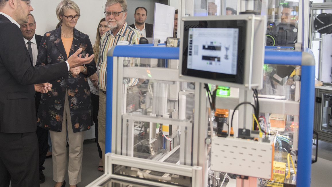 Im DFKI besichtigt Bundesforschungsministerin Karliczek die SmartFactory.