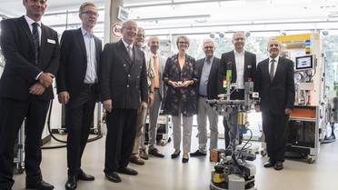 Bei der Fabrikarbeit der Zukunft erleichtert KI den Arbeitsalltag: Erweiterte Realität, Roboter und Datenbrillen sichern langfristig den Produktionsstandort Deutschland.