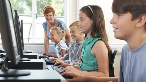 KInder im Computerunterricht
