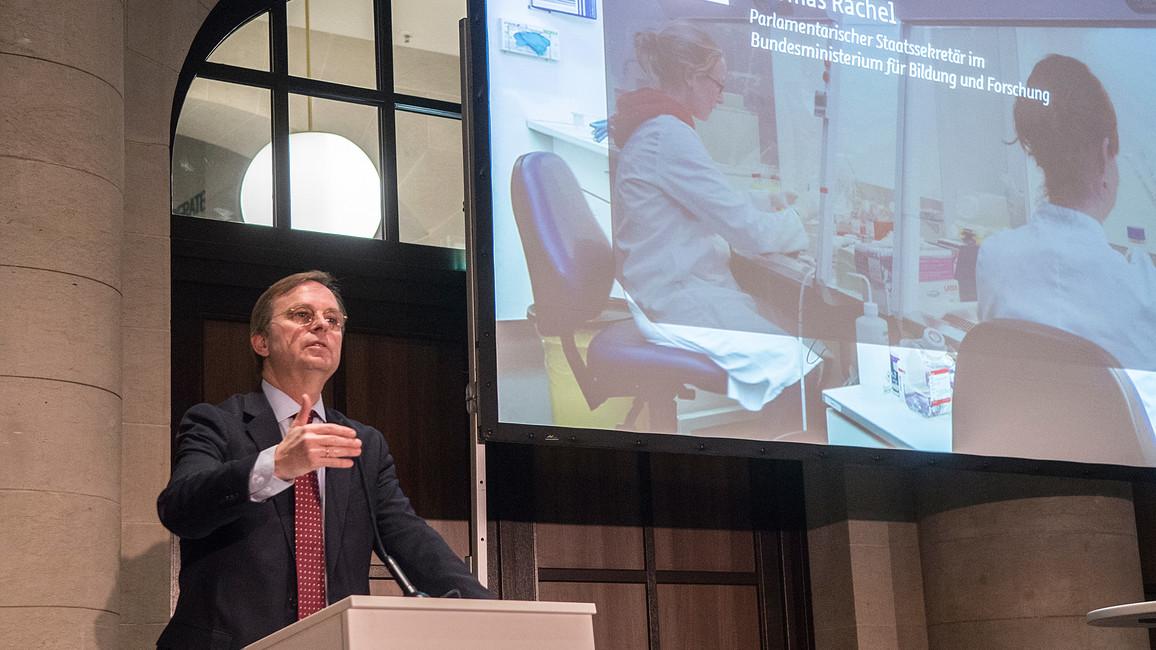 Thomas Rachel, Parlamentarischer Staatssekretär bei der Bundesministerin für Bildung und Forschung, spricht auf dem Parlamentarischen Abend der Deutschen Zentren für Gesundheitsforschung
