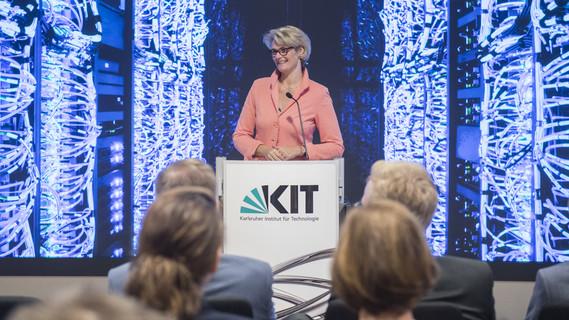 Im Rahmen der Länderreise besucht BM Karliczek das KIT in Karlsruhe