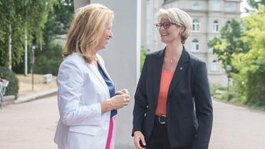 Bundesbildungsministerin Anja Karliczek wird in Kiel sehr herzlich von Karin Prien (Ministerin für Bildung, Wissenschaft und Kultur) begrüßt