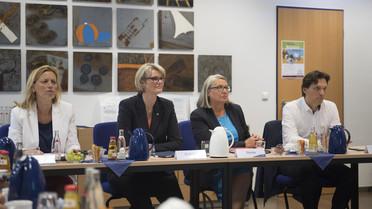 In Kiel besucht die Ministerin das Leibniz-Institut für die Pädagogik der Naturwissenschaften und Mathematik; v.l.: Karin Prien (Ministerin für Bildung, Wissenschaft und Kultur), Anja Karliczek, Dorit Stenke (Staatssekretärin für Bildung) und Oliver Grundei (Staatssekretär für Wissenschaft und Kultur)