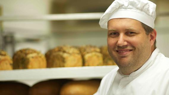 Björn Wiese machte eine Ausbildung zum Bäcker und war dann Stipendiat der Handwerkskammer Frankfurt/Oder. Heute ist er Bäckermeister und Inhaber der Privatbäckerei Wiese mit 80 Angestellten.