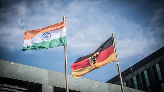 Zu Ehren der indischen Außenministerin weht vor dem BMBF die indische Nationalflagge.