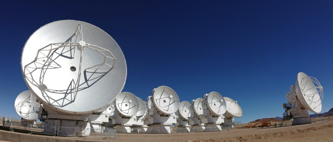 Antennen des Atacama Large Millimeter/submillimeter Array (ALMA) auf der Chajnantor-Hochebene in Chile.