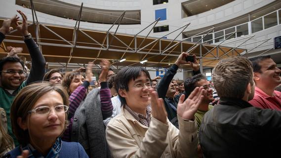 Jubelnde Forscherinnen und Forscher am CERN