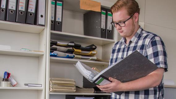 Erik Sönnichsen ist Auszubildender zum Verwaltungsfachangestellten, Fachrichtung Bundesverwaltung