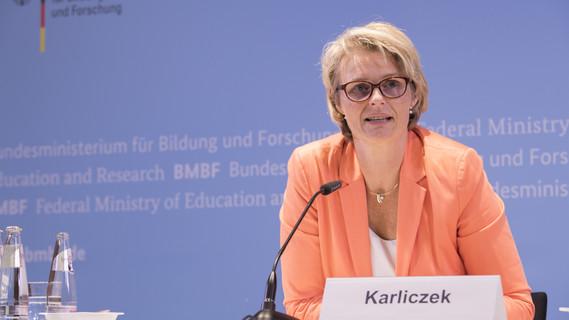 Bundesministerin Anja Karliczek stellt im Rahmen einer Pressekonferenz die Hightech-Strategie 2025 vor