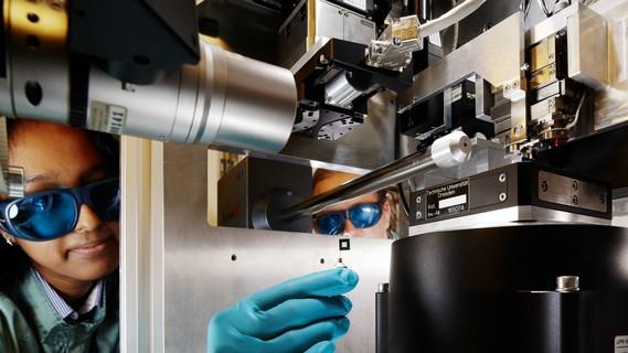Wissenschaftlerin untersucht ihre Proben mit stark gebündeltem Röntgenlicht aus der Synchrotronquelle PETRA III
