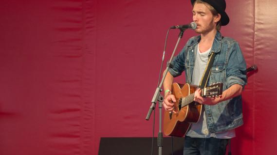 Der Sänger Darcy, der ebenfalls beim Treffen junger Musikszene teilnahm, trat auch am Tag der offenen Tür 2014 im BMBF auf.