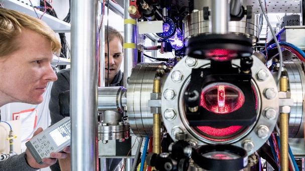 Laboraufbau einer Vakuumapparatur als wichtige Basistechnologie zur Realisierung quantentechnologischer Anwendungen.