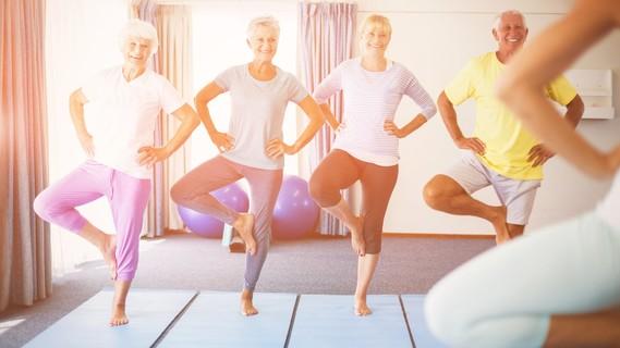 Senioren bei Balanceübungen