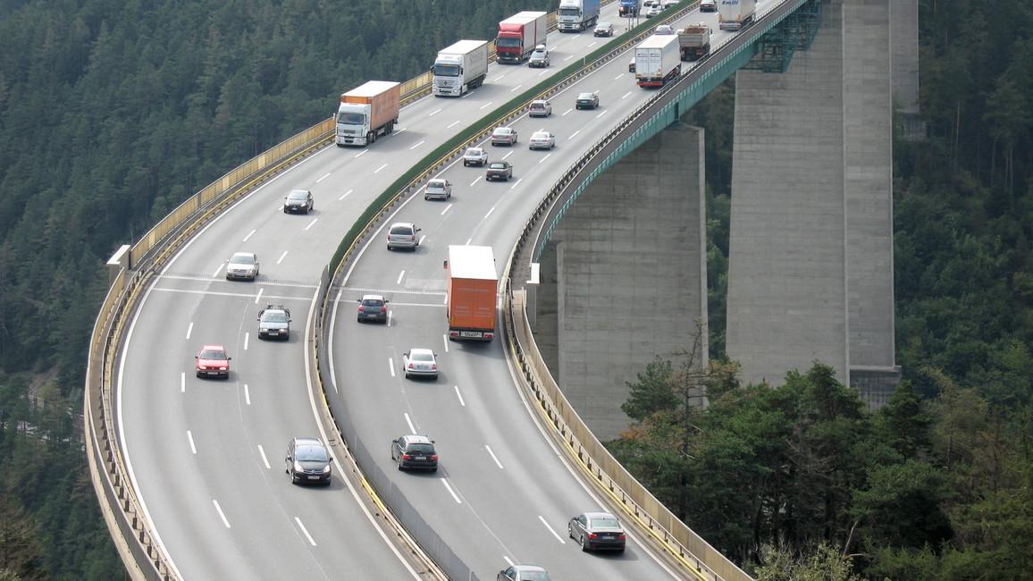 Blick auf eine Autobahnbrücke in den Alpen