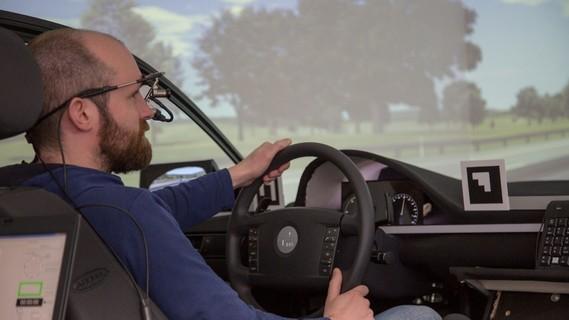 Erste Etappen auf einer Zeitreise in die Zukunft des autonomen Fahrens: Am Steuer im Fahrsimulator beim Test eines Spurhalte-Assistenten.
