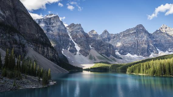 Blick auf den Moraine Lake. Er ist ist ein von Gletschern gespeister See im Banff-Nationalpark in Alberta, Kanada.