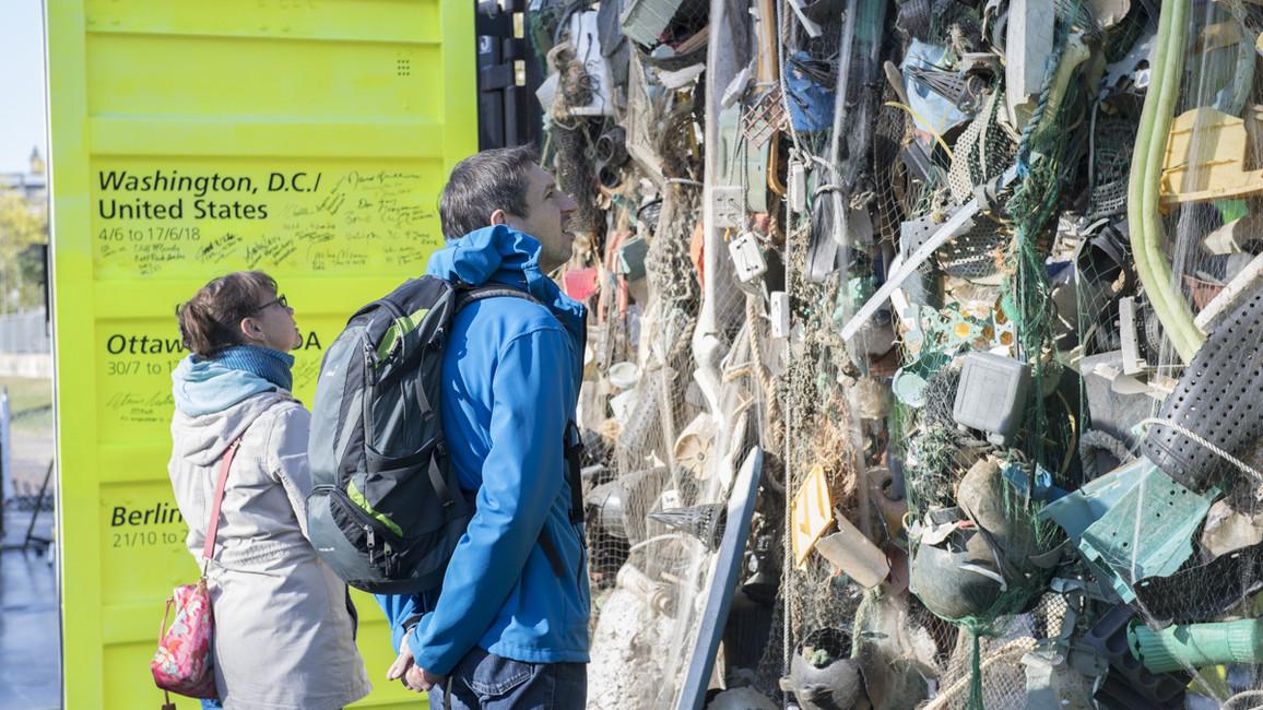 Wieviel Plastikmüll kann an einer einzigen kleinen Insel im Ozean angeschwemmt werden? Der erste Container der Ausstellung zeigt dies.
