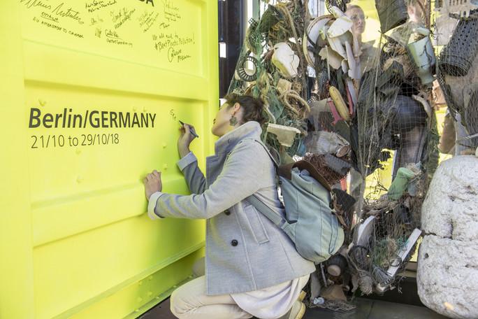 Im Rahmen ihrer Berlin-Tour besuchten die Green Talents auch das Ocean Plastic Lab