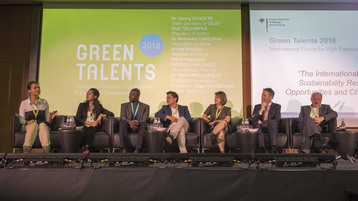 Diskussion; v.l.: Olga Mironenko, Nirina Khadgi, Badabate Diwediga, Mario Alejandro, Shirin Malekpour, Georg Schütte, Olaf Tschimpke