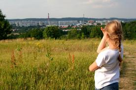 Ein Mädchen blickt auf eine Stadt