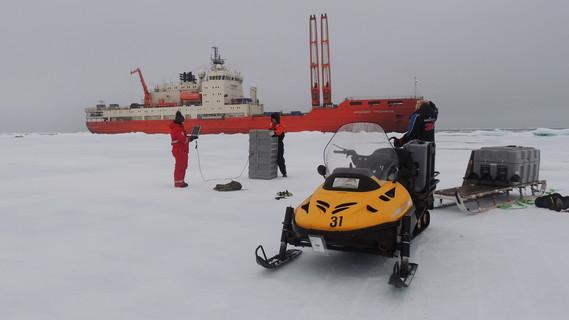 Forschungsschiff Akademik Tryoshnikov im Packeis der Ostsibirischen-See. Im Rahmen der Expedition wurden auch Vorarbeiten für die geplante Überwinterungskampagne 'MOSAiC' des deutschen Forschungseisbrechers FS POLARSTERN durchgeführt