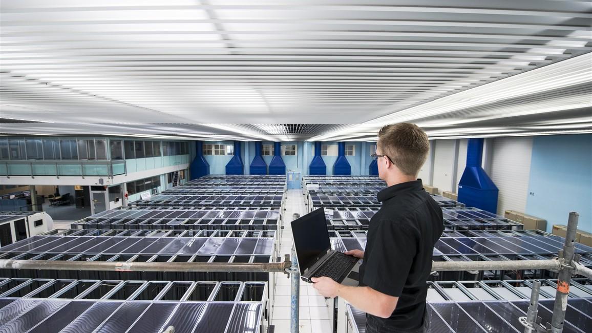 Gigantische Rechenleistung: Mithilfe des Rechenzentrums am europäischen Kernforschungszentrum CERN werten die Mitarbeiterinnen und Mitarbeiter die neuesten Forschungsdaten aus. Das Projekt entwickelt Methoden, sodass die Forschenden bei den ständig steigenden Anforderungen auch zukünftig die Daten aus der Erforschung kleinster Teilchen auswerten können.