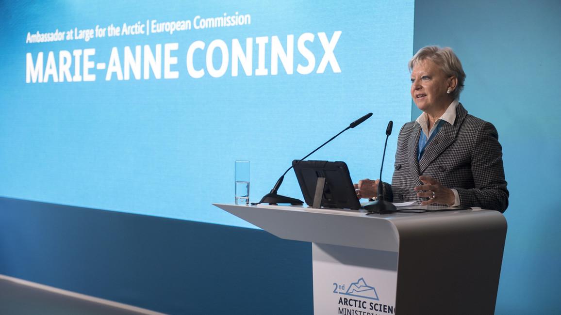 Marie-Anne Coninsx, Botschafterin für die Arktis bei der Europäischen Kommission, begrüßt die Konferenzteilnehmer.