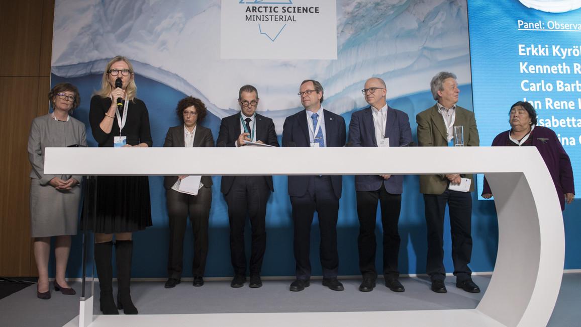Wie lässt sich die Zusammenarbeit in der Arktisforschung stärken? Darüber diskutieren (v.l.) Sandy Starkweather (USA), Katarina Gardfeldt (Schweden), Elisabetta Vignati (Europäische Kommission), Jan Rene Larsen, Carlo Barbante (Italien), Kenneth Ruud (Norwegen), Erkki Kyrölä (Finnland) und Monica Ell-Kanayuk (Kanada).