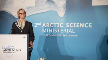 &quotDas ewige Eis – das sagt man so schön. Genau diese Ewigkeit steht in Frage. Die Arktis verändert sich in atemberaubendem Tempo. Es ist dringlicher denn je, wissenschaftliche und gesellschaftliche Antworten auf diese schnellen Veränderungen zu finden&quot, sagt Bundesforschungsministerin Anja Karliczek.