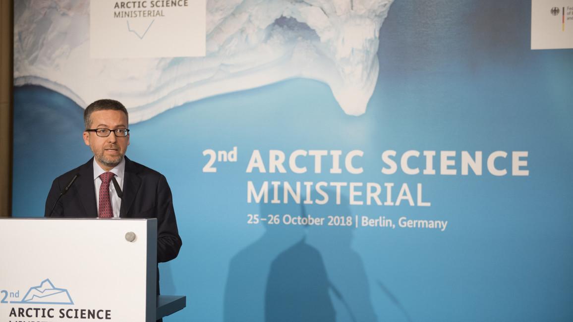 """&quotNur wenn wir uns bei unseren Aktivitäten auf wissenschaftliche Erkenntnisse stützen, werden wir in der Lage sein, den Klimawandel zu verlangsamen. Zu diesem Zweck wird die EU in den nächsten zwei Jahren 70 Millionen Euro in Forschung und Innovation für die Arktis investieren"""", sagt Carlos Moedas, EU-Kommissar für Forschung, Wissenschaft und Innovation, bei der Konferenz."""