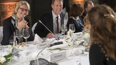 Bundesministerin Anja Karliczek und Staatssekretär Georg Schütte im Gespräch mit der Vertreterin Norwegens