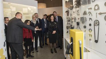 Johannes Vogel, Direktor des Naturkundemuseum, führt Anja Karliczek und andere Minister durch eine neue Sonderausstellung