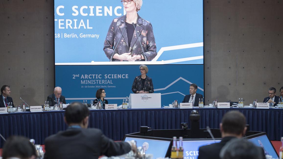 &quotDie Arktis verändert sich in atemberaubendem Tempo. Es ist dringlicher denn je, wissenschaftliche und gesellschaftliche Antworten auf diese Veränderungen zu finden&quot, mahnt Bundesforschungsministerin Karliczek bei der Eröffnung der Arktiswissenschaftsministerkonferenz.