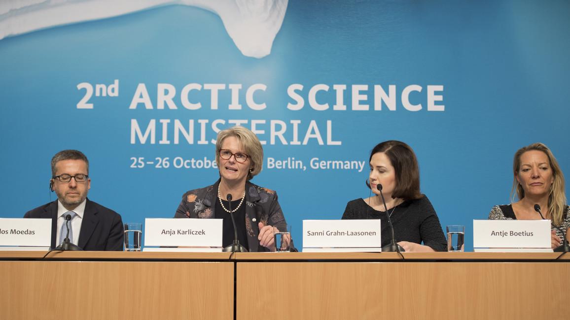 """""""Schmilzt das ewige Eis der Arktis durch die Klimaerwärmung, wird das weltweit, aber auch für Deutschland weitreichende Folgen haben. Deshalb bringen wir alle an einen Tisch – Ministerinnen und Minister, Forschende, aber auch die Bewohner der Arktis selbst"""
