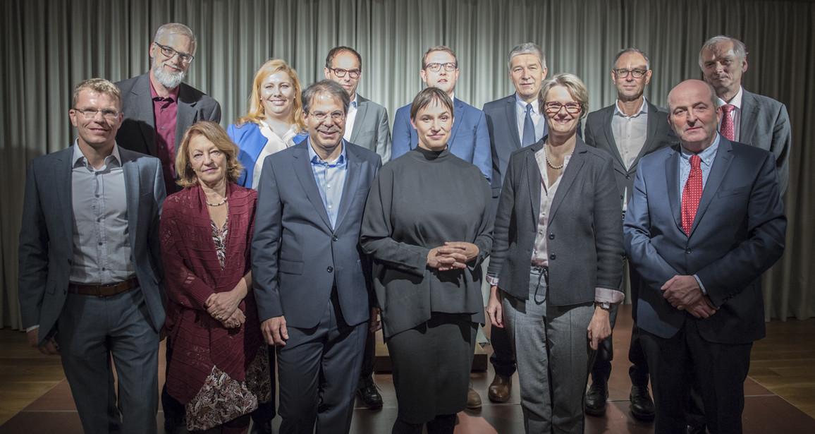 Bundesministerin Anja Karliczek mit Vertretern der elf Hochschul- und Forschungsinstitute, die am Institut für Gesellschaftlichen Zusammenhalt mitwirken.