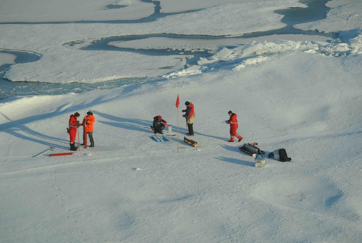 Eisstation in der Ostsibirischen See bei 80°30' N: Bis zu acht Wissenschaftler arbeiten gleichzeitig auf dem Eis, um das umfangreiche Arbeitsprogramm durchzuführen. Hier werden bis zu zwei Meter lange Eiskerne für biologische Studien gebohrt – Schwerstarbeit!