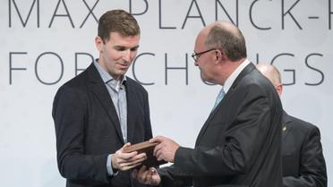 Michael Meister, Parlamentarischer Staatssekretär bei der Bundesministerin in für Bildung und Forschung, überreicht die Max Planck Humboldt Medaille 2018 an Herrn Robert J. Wood.