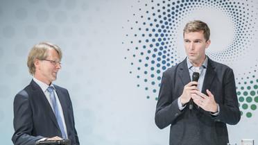 Robert J. Wood erläutert die Schwerpunkte seiner Arbeit. Neben ihm: Hans-Christian Pape, Präsident der Humboldt-Stiftung