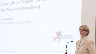 Bundesbildungsministerin Anja Karliczek spricht auf dem DGB-Tag zur Berufsbildung und kündigt eine Novelle des Berufsausbildungsgesetzes an.