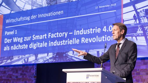 Georg Schütte, Staatssekretär im Bundesministerium für Bildung und Forschung, während seines Impulsvortrages im Panel 1 'Der Weg zur Smart Factory - Industrie 4.0 als nächste digitale industrielle Revolution' im Rahmen des Wirtschaftstages der Innovationen