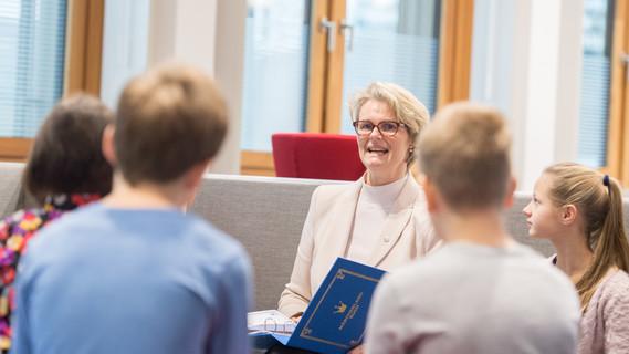 Anja Karliczek liest Schülerinnen und Schülern ein Märchen vor