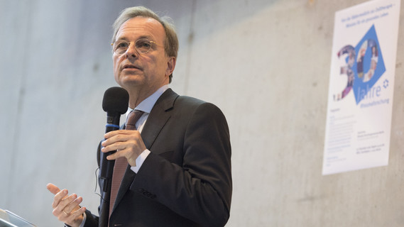Thomas Rachel, Parlamentarischer Staatssekretär bei der Bundesministerin für Bildung und Forschung, gratuliert dem Deutschen Rheuma-Forschungszentrum zum 30. Geburtstag.