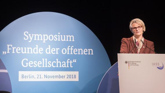 Bundesministerin Anja Karliczek eröffnet das Symposium 'Freunde der offenen Gesellschaft'