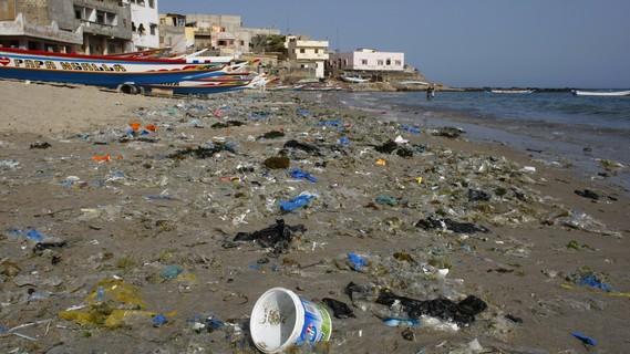 Angeschwemmter Plastikmüll liegt in Ngor (Senegal) am Strand