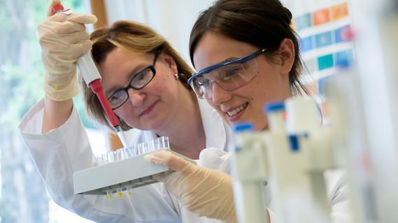 Angehende Medizinisch-Technische Laborassistenten üben unter Anleitung ihrer Ausbilderin das Pipettieren