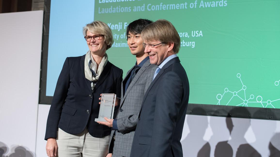 Bundesministerin Anja Karliczek verleiht den Sofja Kovalevskaja-Preis 2018 an Kenji Fukushima