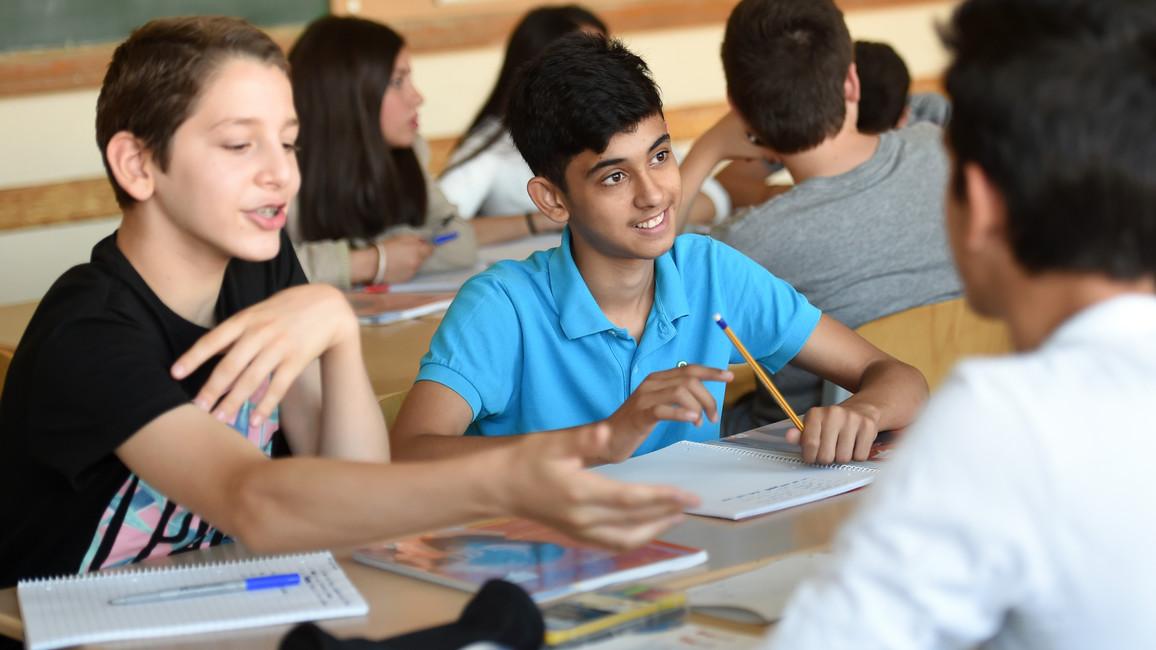 Abdulrahim (l) und Vito, Schüler einer Willkommensklasse lernen am 31.08.2015 an der Friedenauer Gemeinschaftsschule/1. Gemeinschaftsschule Schöneberg in Berlin deutsch.