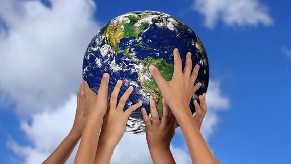 Hände am Globus