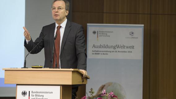 Thomas Rachel, Parlamentarischer Staatssekretär bei der Bundesministerin für Bildung und Forschung, eröffnet die Konferenz